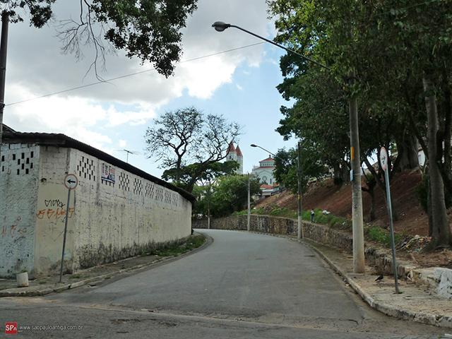 A rua Irapucara, no passado era uma linha de trem (clique para ampliar).