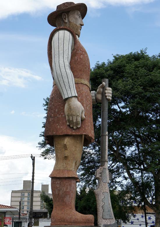 O monumento visto de perfil.