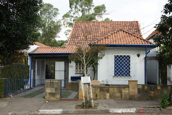 Uma das belas casas que existem na Rua Gil Eanes (ex-Adolf Hitler). Clique para ampliar.