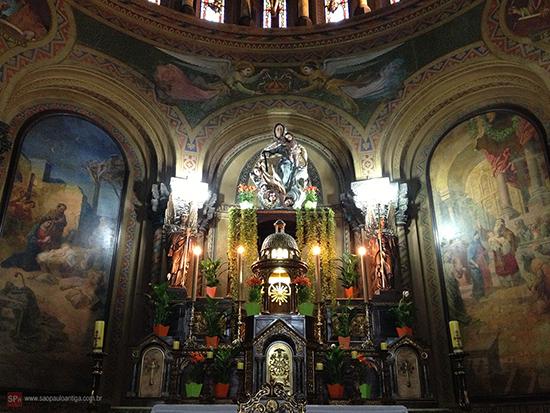 O altar-mor, de carvalho, veio de Paris (clique para ampliar).