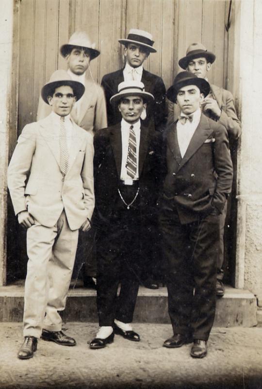 Grupo de amigos, entre eles meu avô materno em 1928.