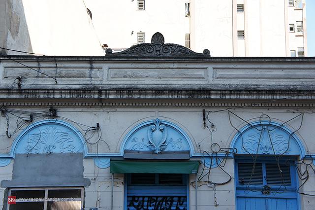 Felizmente a fachada ainda está bem preservada (clique na foto para ampliar).