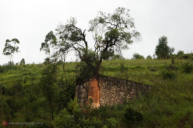 Isso é o que resta do antigo Gato Preto, parte da ponte ferroviária (clique na foto para ampliar).