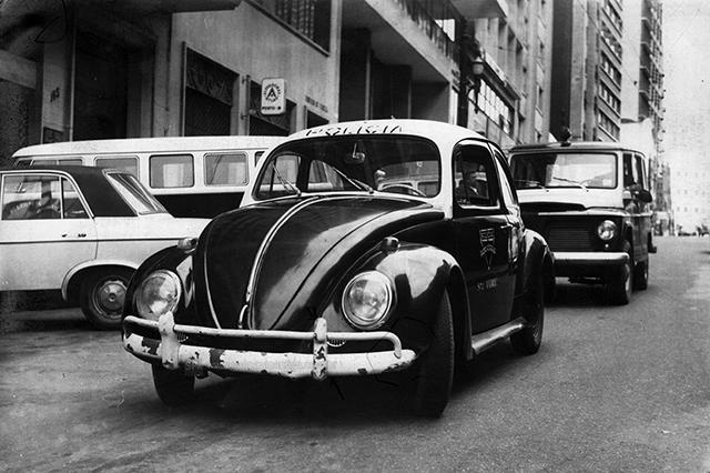 Uma viatura de Santo André, ao fundo uma Rural da Polícia (anos 60)