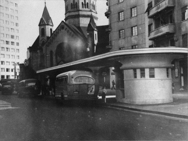 Ponto de ônibus no início dos anos 40 - Crédito: Reprodução