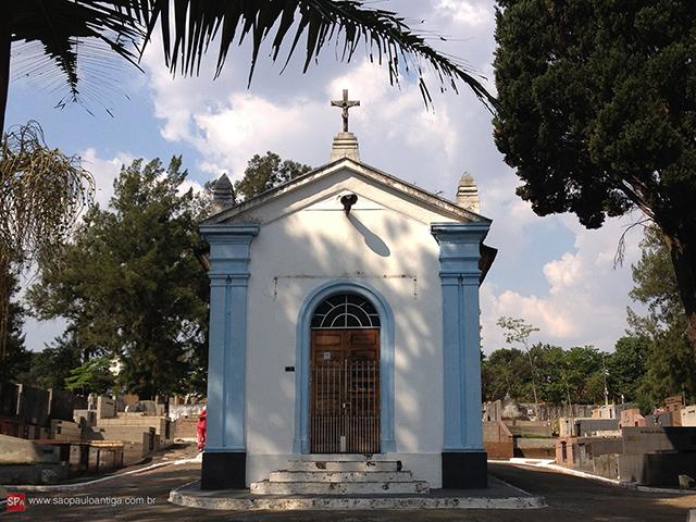 Na foto, a capela do Cemitério de Santo Amaro (clique para ampliar).