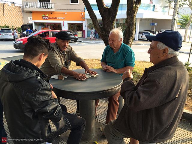 Uma partida de dominó na praça, típico da Vila Zelina (clique para ampliar).