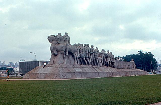 O Monumento às Bandeiras (clique para ampliar)