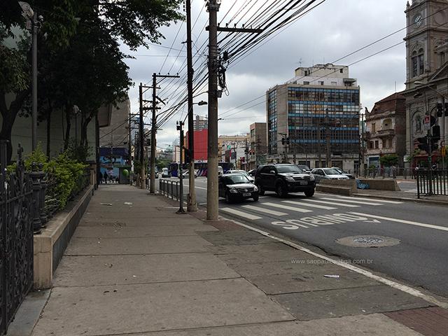 A mesma calçada e local da foto de 1939 (clique para ampliar)