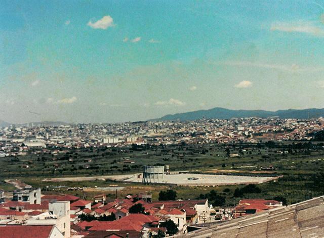 Chaparral visto de uma parte alta da Penha, ao fundo Parque Novo Mundo (esquerda) e Guarulhos (clique para ampliar)