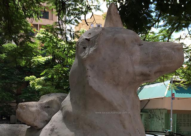 Monumento no Arouche foi quebrado e riscado (clique na foto para ampliar)