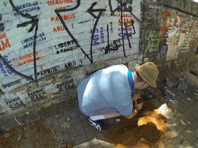 Vizinho do terreno protesta tampando os buracos e plantando espada de São Jorge no local (clique para ampliar)