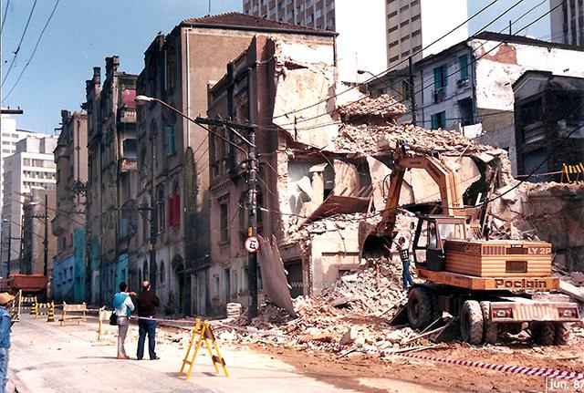 Escavadeira entra em ação na rua da Assembleia em 1987 (clique na foto para ampliar)
