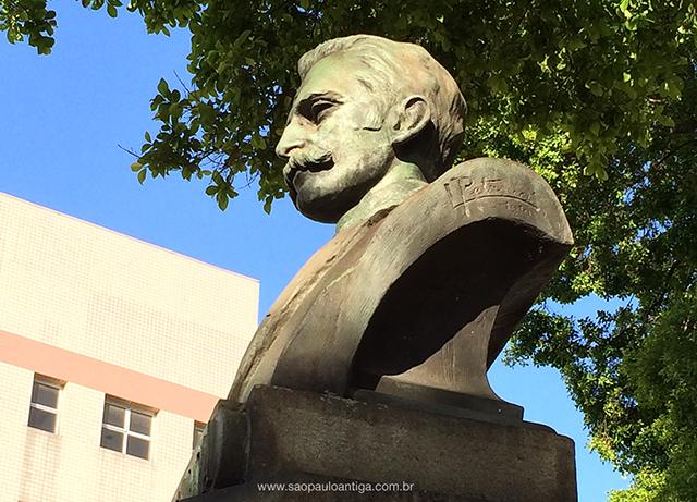 Assinatura do escultor está no lado esquerdo da herma (clique na foto para ampliar)