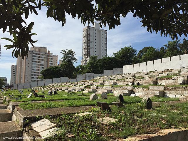 Parte baixa e mais nova do cemitério, na rua Nova dos Portugueses (clique para ampliar)