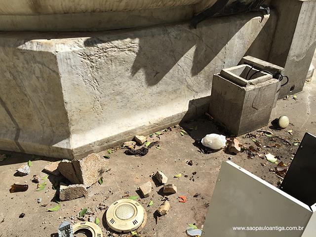 Luminárias quebradas, lixo e fezes humanas. Um ultraje aos paulistanos (clique para ampliar)
