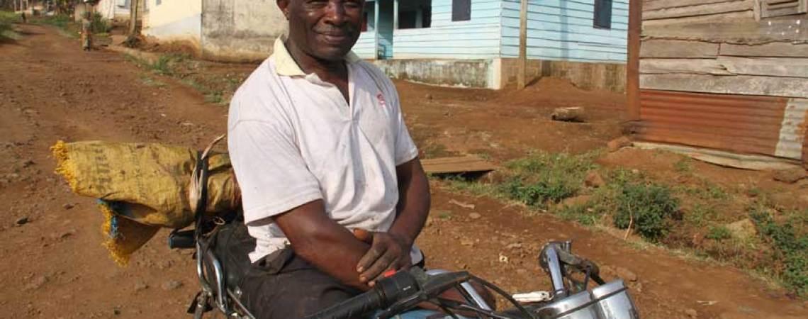 Jean René Ngondi sur sa moto dans le village de Mbouroukou
