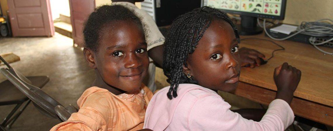 Bijou (à gauche) et son amie s'initient à l'informatique