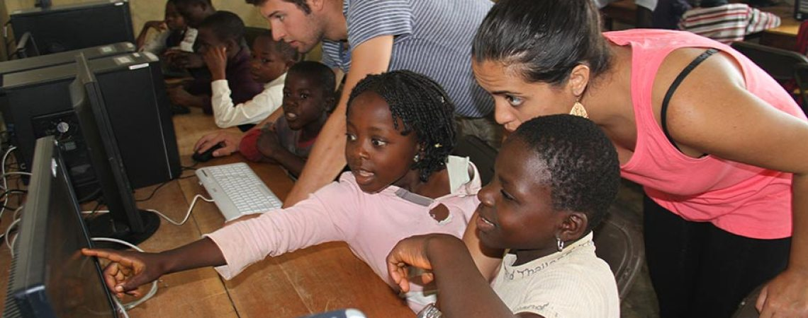 Jérôme et Madina de Projet PC2 initiant les enfants à l'informatique
