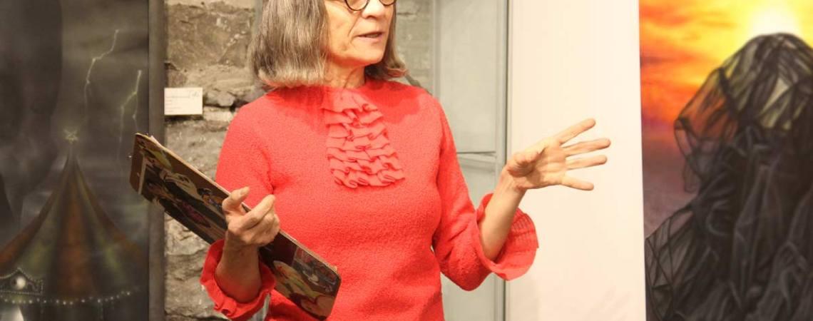 Josée Cardinal une des artistes des Visages de l'espoir présente l'oeuvre de Johanne Cullen - L'itinéraire - Festival Blue Metropolis - Galerie le Loft