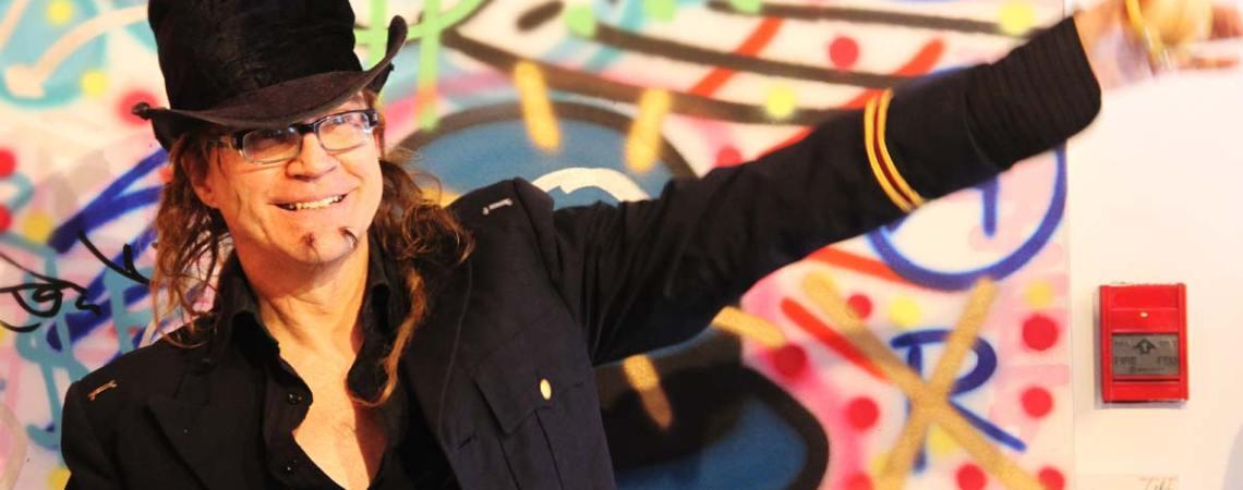 Siou, un des artistes des Visages de l'espoir devant les œuvres de Zilon - L'itinéraire - Festival Blue Metropolis - Galerie le Loft