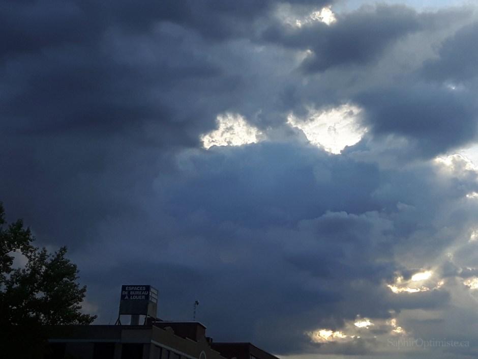 lumière, obscurité, nuages, ciel, Franck Billaud, Saphir Optimiste, optimisme, espoir, Montréal, Québec, inspire, inspiration, photoptimiste, lumière, obscurité, nuages, ciel, Franck Billaud, Saphir Optimiste, optimisme, espoir, Montréal, Québec, inspire, inspiration, photoptimiste, Samsung Galaxy