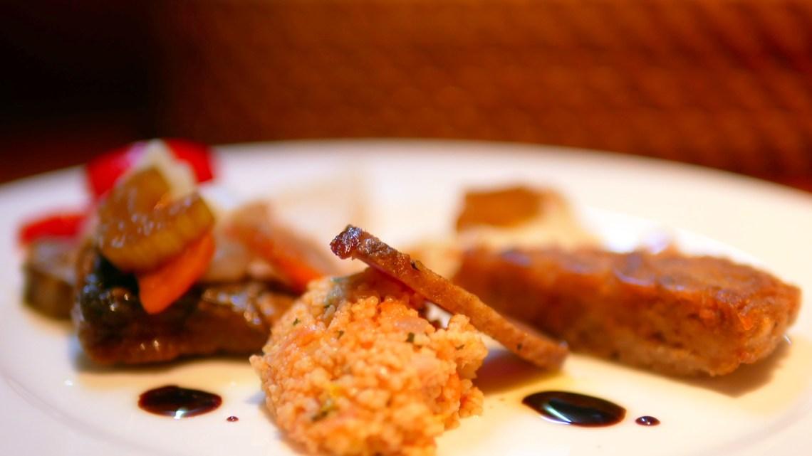 タベルナNARUへカウンタのみの素敵なお店、グレケット・ウンブリアグラスおいしい!ジャガイモのガレットにタマネギのムース石狩湾の白子のムースニシンのマリネ鴨のスモークにクスクスとどれも手が込んだお料理にドメーヌ・ラ・グランジェット良い時間!おすすめ!