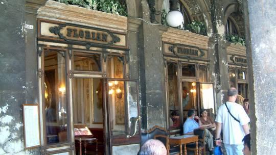 ヴェニスのサンマルコ広場で世界最古のカフェ、1720年創業のカフェフローリアンで乾いたのどを潤す