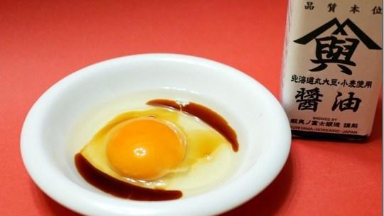 酒井農場のおいしい卵の自販機設置されました、酒井さんのおいしい卵と蝦夷の富士のお醤油ぴったり!