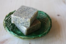 Sapun natural exfoliant cu lapte de capra, mac si germeni de grau. Cu ulei esential de menta