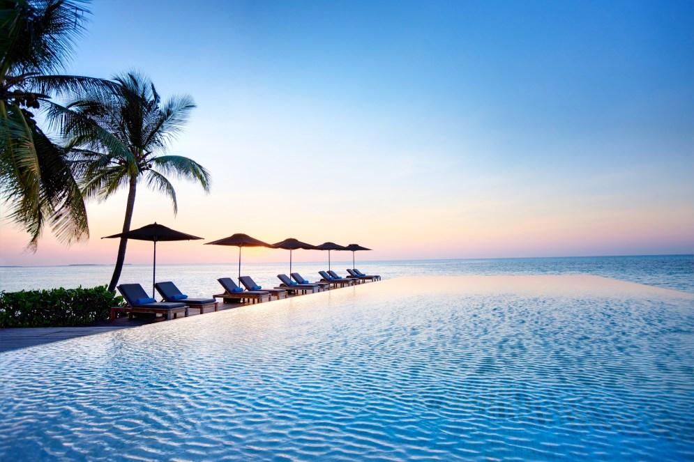 Lux-Maldives-Senses-infinity-pool