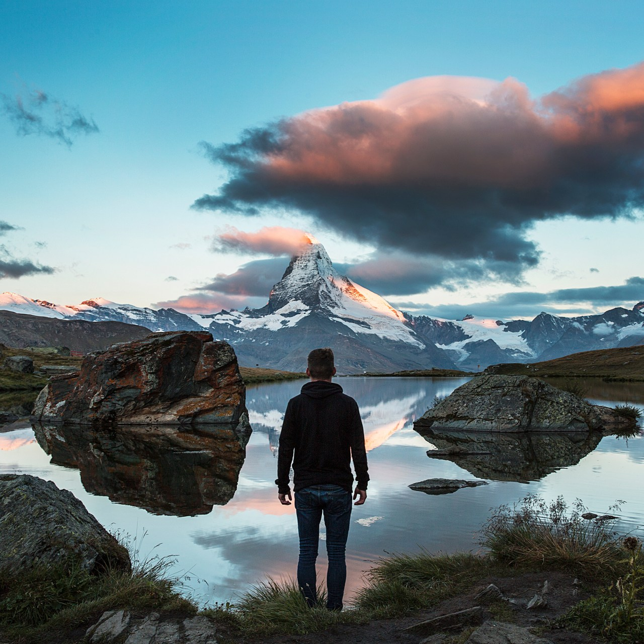 Learn seven ways you can stay motivated and work hard to accomplish all of your long-term goals, allowing yourself to achieve the life of your dreams.