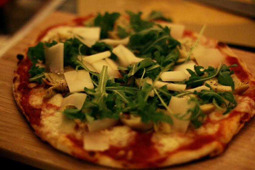 pizza med kronärtskocka pinjenötter pecorino och ruccola