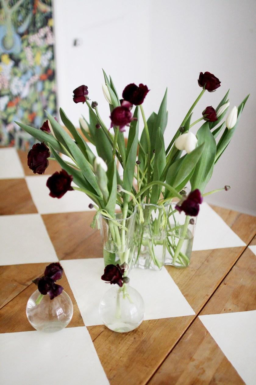 lila växter & ett lysande klot