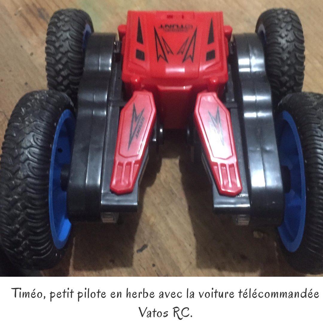 Timéo, petit pilote en herbe avec la voiture télécommandée Vatos RC.