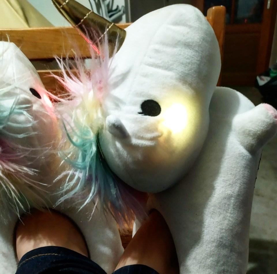 Cuteland : des chaussons licorne lumineux pour des pieds bien au chaud.