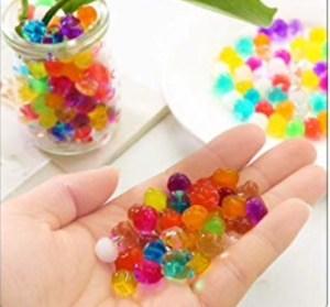 Activité sensorielle et motricité fine avec les perles d'eau.