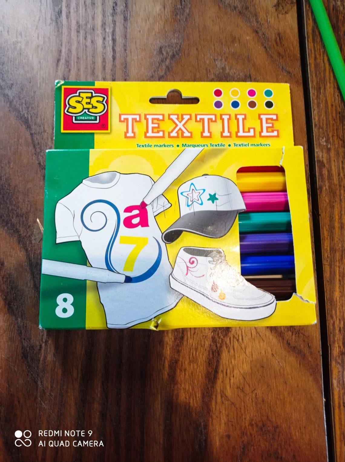 Customiserses vêtementsavec les feutres textiles SES CRÉATIVE.