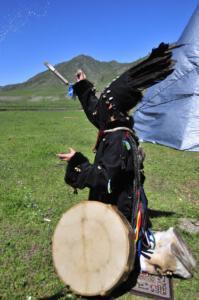 Zeremonie_mongolische_Schamanin_spritzt_Wodka