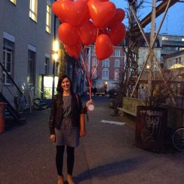 Szenografin Martina Ehleiter mit Glückwunsch-Ballons