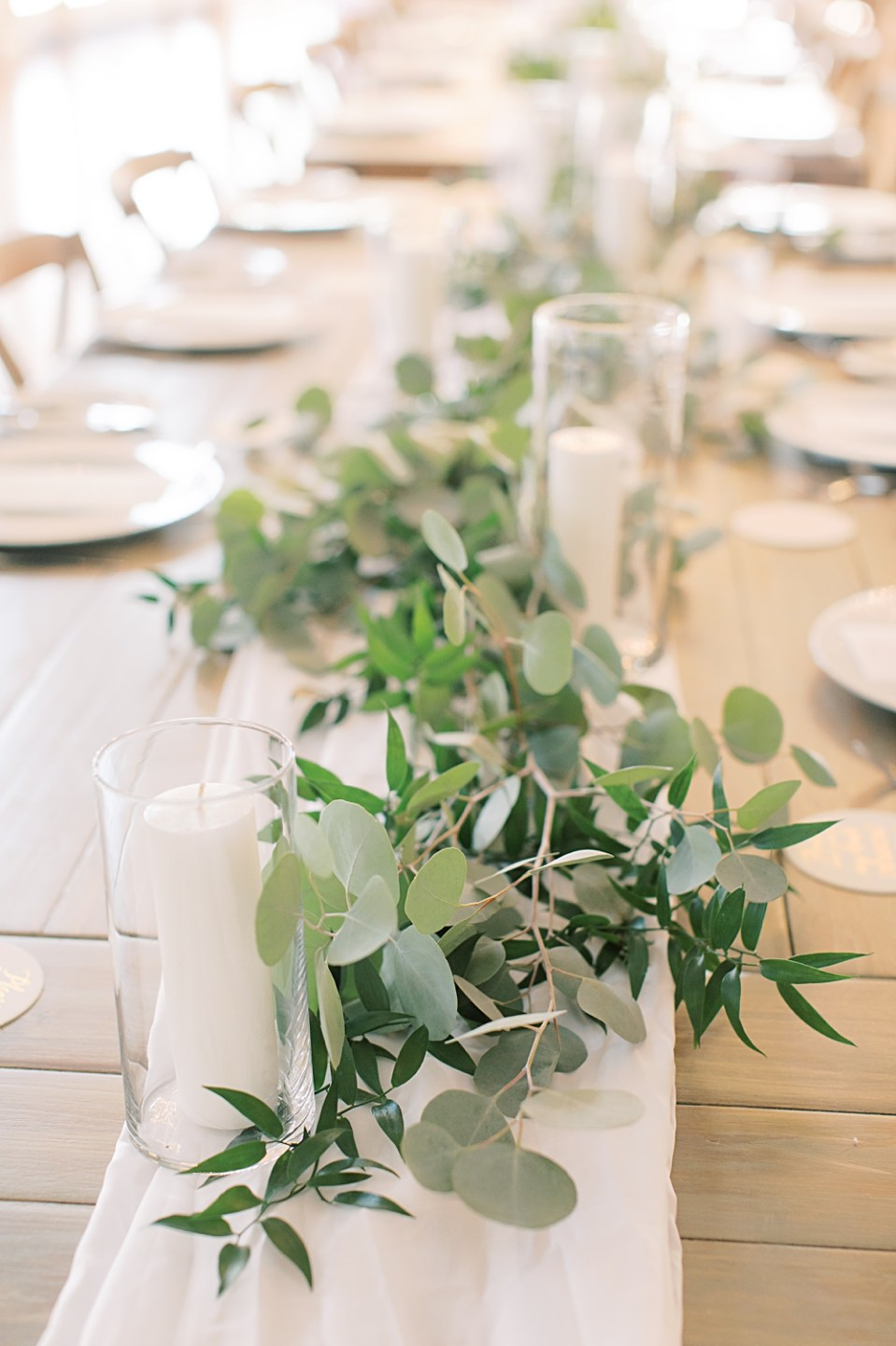 wedding tablescapes with greenery garland | bear brook valley wedding photographer sarah canning