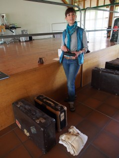 Martina stellt das Reisegepäck zusammen