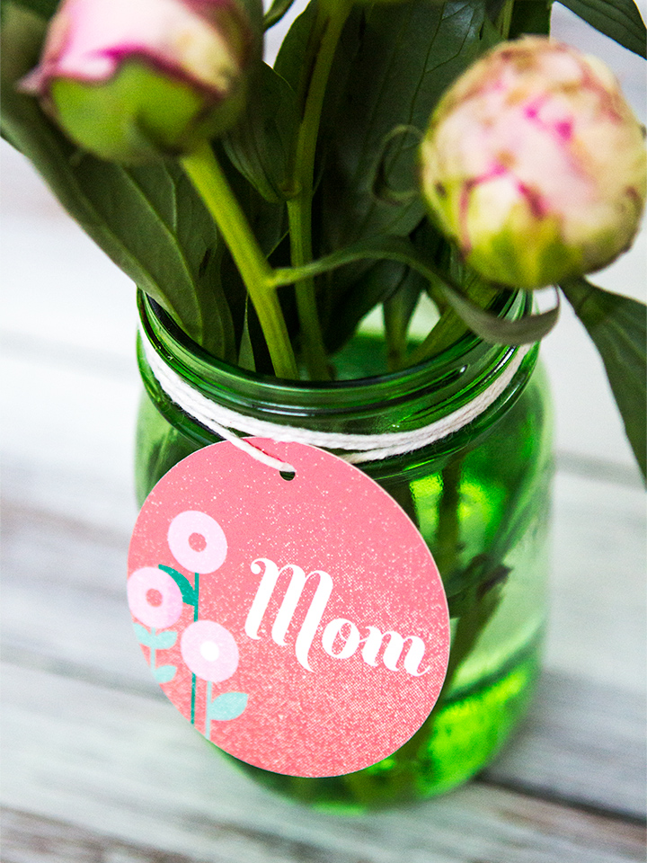 Mom's love flowers! Give your mommy friends a bunch of flowers in a mason jar this Mother's Day.