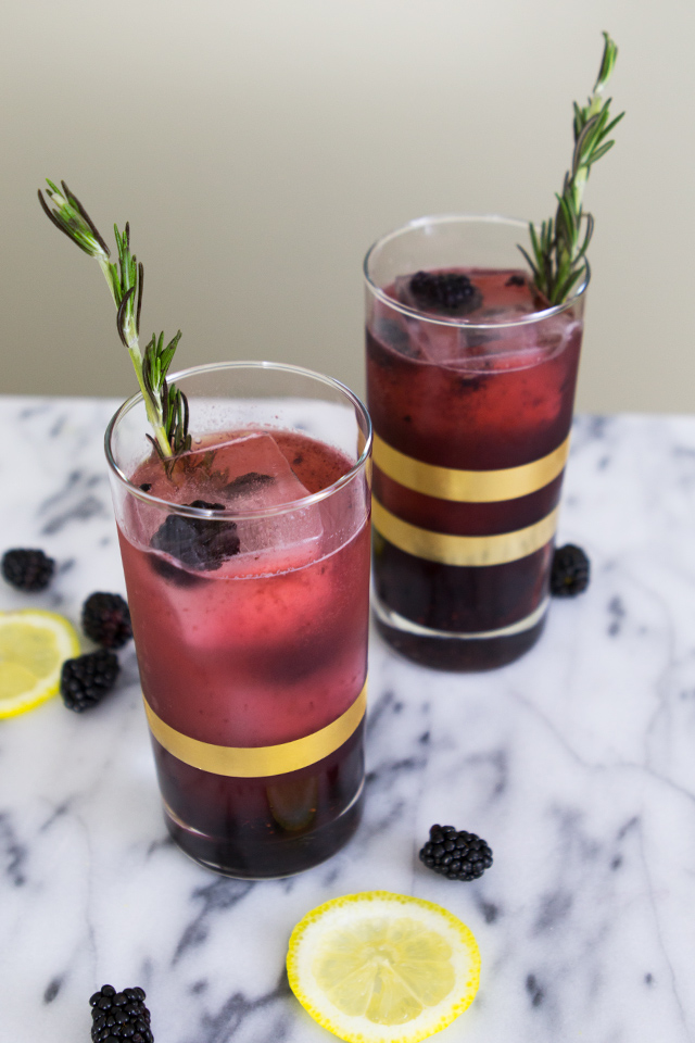 Love lemonade and gin? Then you have to try making this blackberry cocktail. It's so good! (click through for video recipe)