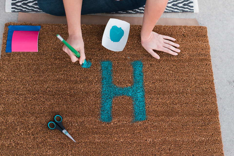 Love the idea of painting monograms on doormats for friends. Such a great DIY holiday gift.
