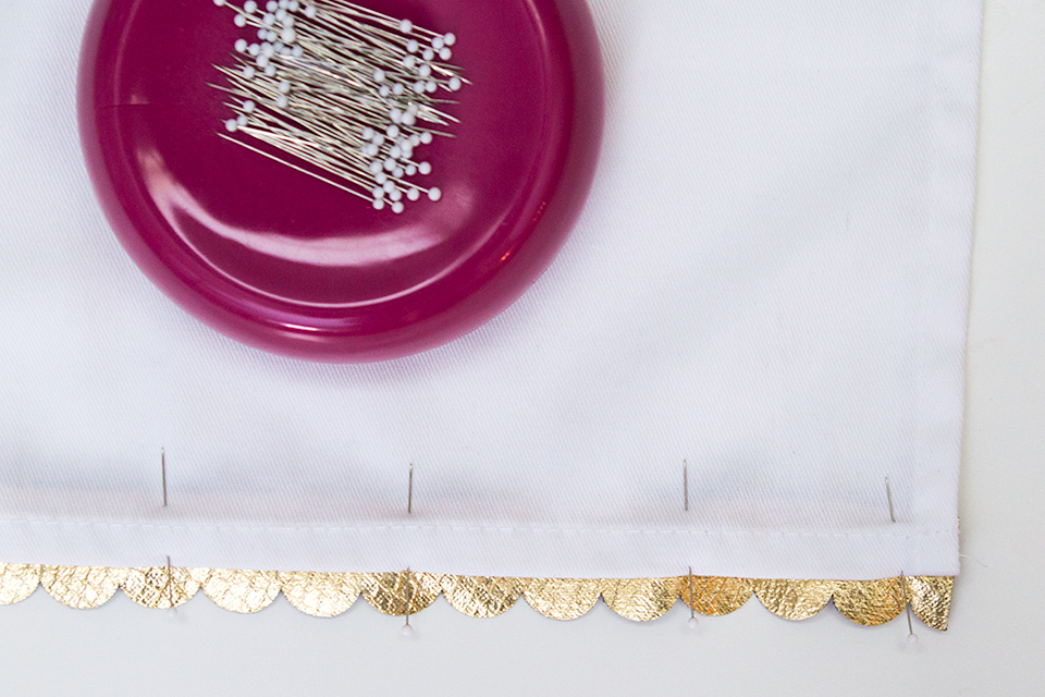 So cute and so simple! Loving this tutorial on how to make cloth napkins with a gold scalloped edge.