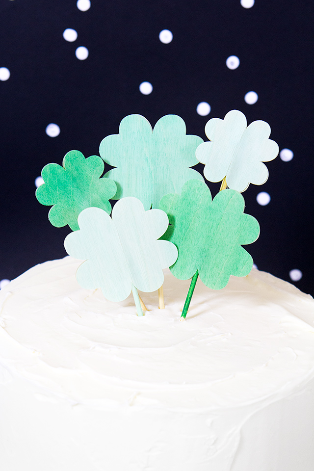 Love these DIY clover cake toppers! They're perfect for St. Patrick's Day and would even be cute on cupcakes!