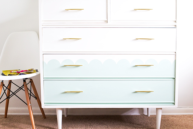How cute is the scalloped detail on this dresser? Click through for a step-by-step tutorial on how to create your own statement piece with chalk paint.