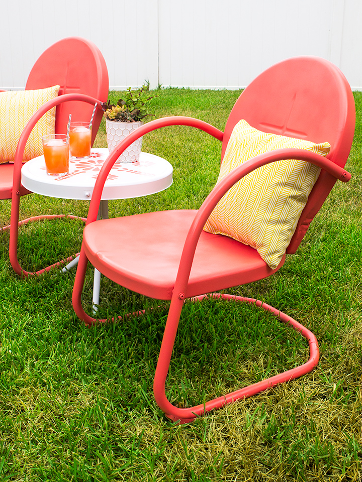 Loving this retro patio set refresh! Click through for tips on refinishing  metal outdoor furniture - Retro Metal Patio Chair And Table Makeover - Sarah Hearts