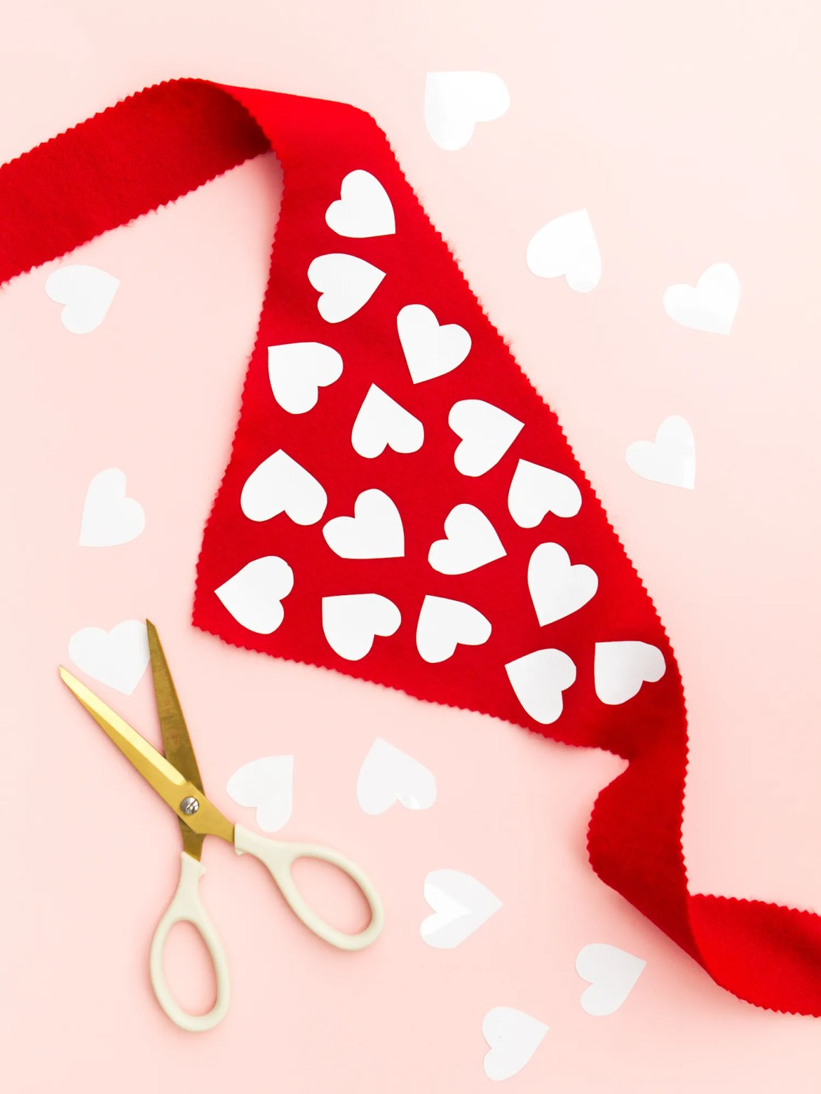 You don't need to sew anything to create this adorable Valentine's Day scarf for your favorite pup! (Click through for video tutorial)